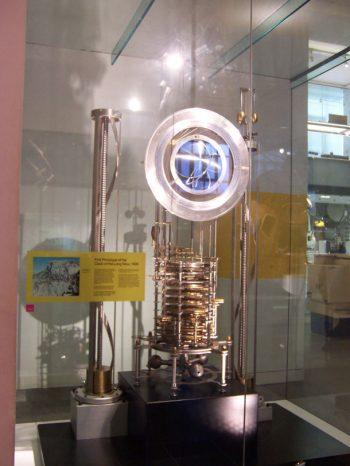 Prototipo del Reloj del Año 10.000 o del Long Now  en el Museo de Ciencias de Londres   Wikimedia Commons. Por: Pkirlin en en.wikipedia [CC BY-SA 3.0]